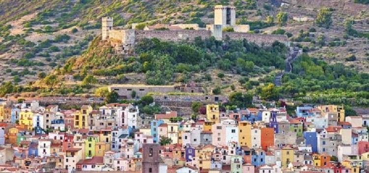Bosa vor der Burgruine des Castello Mallaspina