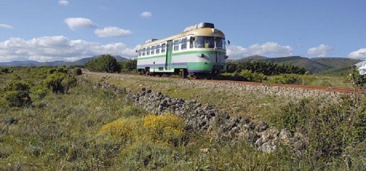 Sie fahren mit dem Trenino Verde auf Sardinien